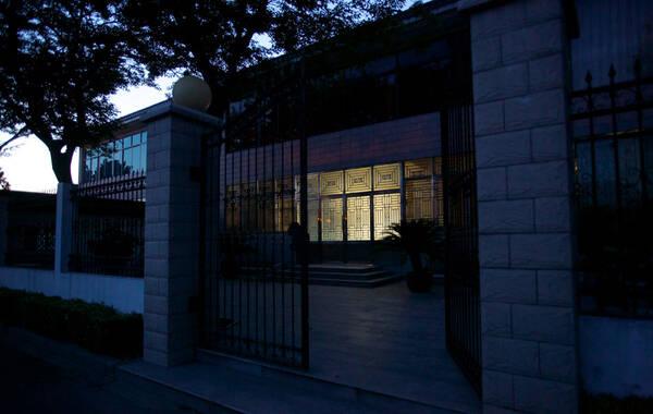 7月30日黄昏时分,西前头村,周永康二弟周元兴家亮起了灯,房间里不时有人走动。村民称其儿子和媳妇在这里居住。冯中豪/摄 (版权照片 禁止转载)