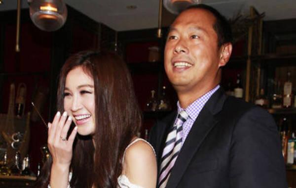 48岁温碧霞庆生与富商老公热吻