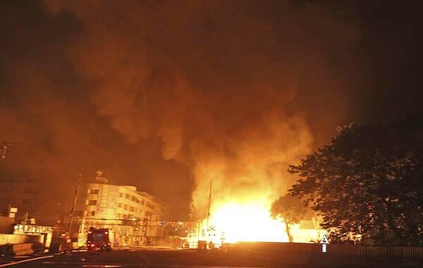 7月31日晚,高雄市前镇区多条街道陆续发生可燃气体外泄,并引发多次大爆炸,波及数条街道,泄露源仍不确定。据8月1日清晨最新统计,高雄燃气爆炸总伤亡人数已多达290人,其中22人确定死亡,轻重伤270人。目前已得知,死亡的21人当中,包括4名警义消;其中2名警消,1名义消,以及1名警专实习生,其他罹难者的身分仍在确定当中。图为爆炸现场。