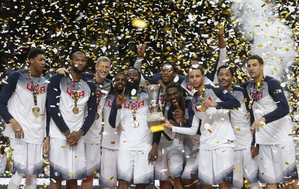 北京时间9月15日,男篮世界杯决赛打响,美国男篮尽管开局慢热,但很快就站稳脚跟,一波15比0,直接打懵塞尔维亚。随后的比赛美国牢牢把握领先优势,最终8人得分上双,129比92,又一次狂屠对手拿到冠军,也实现了卫冕。本届世界杯,美国保持了全胜。