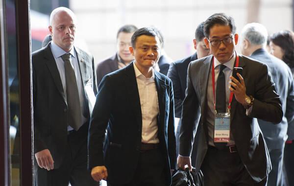 2014年12月15日,阿里巴巴董事局主席马云进入会场,身后白人随从引人注目。当日,2014两岸企业家峰会在台北举行,此次峰会是继2013年南京紫金山首次峰会后,首度移师台北召开,也是近年来第一次在台湾举办的两岸企业家大型交流合作会议,吸引包括马云、张忠谋及大陆国台办、台湾陆委会等多位两岸政商精英参加。本年度台北峰会旨在深化企业合作,推动转型升级,峰会设7个产业合作推动小组,针对各项重要的企业议题进行深度会谈。