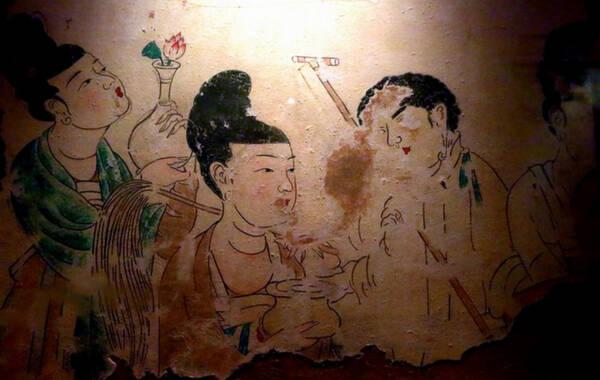 近来《武媚娘》剪胸播出引起热议,大家都在关注唐代女性穿衣的尺度究竟如何。现有资料中,除去历代绘画里的仕女图,另一个能真实反映唐代仕女风貌的就是唐墓壁画了。古人视死如生,达官显贵的墓室壁画中绘有主人生前拥有的种种,自然也少不了美女的身影。