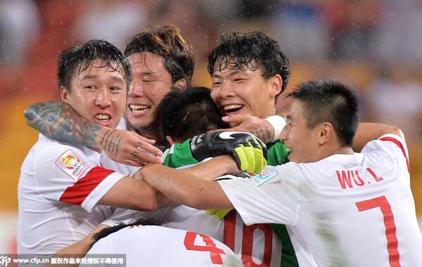 北京时间1月14日17点,2015澳大利亚亚洲杯小组赛第二轮的比赛继续进行,中国队在桑科普体育场迎战第2个对手乌兹别克斯坦。上半时,艾哈迈多夫远射在打中吴曦之后折射破门。下半时,郜林助攻,吴曦破门实现自我救赎,随后刚刚替补上场的孙可绝杀建功。中国队2-1逆转对手,两战两胜锁定小组头名。上一次小组出线还是在2004年,中国队时隔11年再次进入8强。