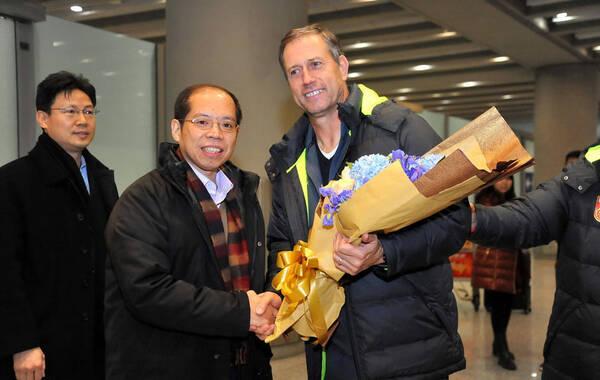 北京时间1月24日,结束了亚洲杯征程的中国男足抵达北京。足管中心主任张剑和副主任林晓华到首都机场接机,并向主教练佩兰以及队员们献花。