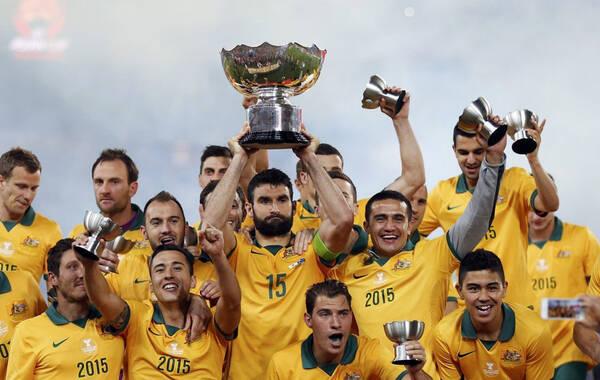 北京时间1月31日,2015年亚洲杯决赛,澳大利亚在加时赛中2-1险胜韩国首次夺冠。在赛后的颁奖仪式上,澳大利亚中场隆戈荣膺赛事最佳球员,他的队友马修-瑞安获得最佳门将;阿联酋前锋马布哈特以5个进球获得最佳射手。