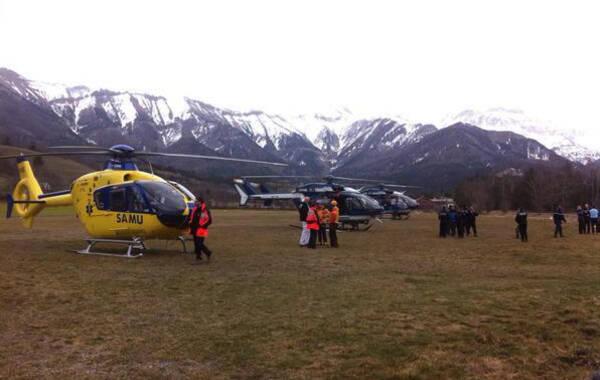 据法新社援引法国安全部门人士消息,一架空客A320在法国南部阿尔卑斯坠机。该飞机原计划从西班牙巴塞罗那飞往德国杜塞尔多夫,机上有174个座位。欧洲第一广播电台称在法国南部坠毁的A320客机隶属德国之翼航空公司。法国民航部门证实机上共有150人,包括142名旅客和8名机组人员。图为法国救援直升机在坠机现场附近集结待命。