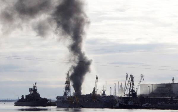 """俄通社-塔斯社4月7日消息,俄罗斯949A""""奥廖尔""""号(北约代号:""""奥斯卡""""级)核潜艇在北德文斯克""""小星星""""船舶修理厂进行定期维修时起火。报道称,该艘潜艇起火事故并未发生明火,但产生了浓重的烟雾。消息人士称,""""初步信息显示,潜艇上的橡胶保温材料发生起燃""""。据悉,潜艇停靠在空气干燥的船坞,在对其进行焊接过程中发生起火。政府机构表示,"""