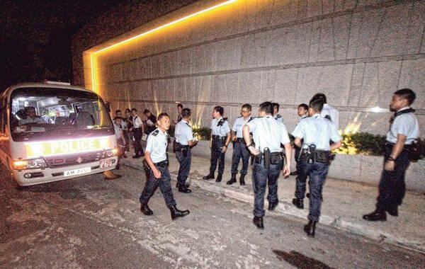 """4月25日,香港,警方接报,有人从西贡的一座别墅,劫走大约200万港元财物,并绑架一名女子,一度要求4000万到5000万的赎金,讨价还价之后,赎金降到2800万。香港警方东九龙总区重案组今晨(4月29日)继续""""截进行动"""",搜捕6名获得2800万港元赎金之后逃跑的绑匪。"""