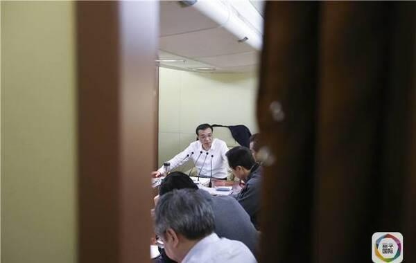 出访拉美行程漫漫。5月17日9时30分,专机从北京机场起飞后一直向上攀升,刚刚进入万米高空的平飞状态,李克强总理召集的会议就开始了。