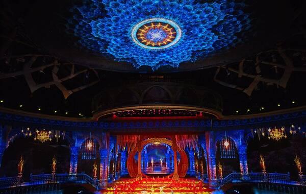 在新疆大剧院的舞台上,大漠孤烟不再是布景,长河落日将立体得震撼心灵,表演者在极光与繁星中穿梭——它是如梦似幻的艺术飨宴,也是灵魂的奇境之旅。新疆大剧院《千回西域》华丽舞美图