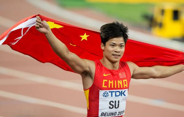 凤凰体育讯 北京时间8月23日消息,2015年北京田径世锦赛男子百米决赛,作为首位杀入到该项目决赛的亚洲人,苏炳添起跑不错但后程乏力,最终以10秒06获得第九名,依然创造了亚洲人的历史。博尔特依靠出色的加速,以0.01秒的优势击败了加特林夺得冠军,成绩是9秒79,加特林9秒80亚军。博尔特夺得世锦赛第9块金牌。 凤凰体育 向一凡/摄