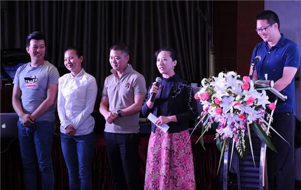 """北京曲剧《烟壶》自1995年首演以来,受到了观众和专家的一致好评,首演至今已演出330场,观众人数十七万多人次,演出收入近四百万元,现已成为北京市曲剧团保留剧目。9月7日,""""纪念北京曲剧《烟壶》创排演20周年座谈会""""在京举行,北京市曲剧团二十年前参与创排演工作的主创人员、演职人员和在职演职员齐聚一堂。活动现场,一部纪念北京曲剧《烟壶》创排演二十周年的视频短片,另老艺术家们热泪盈眶,随后众主创回顾创作历程,交流艺术思想,共祝北京曲剧健康成长,座谈会上还发布了出版""""北京曲剧优秀剧目经典唱段——戴颐生作品集""""【北京曲剧《烟壶》CD光盘】。北京市文化局党组副书记、副局长吕先富同志到场祝贺,并对北京曲剧未来发展寄予厚望。图为1999级中国戏曲学院曲剧班学员合影"""