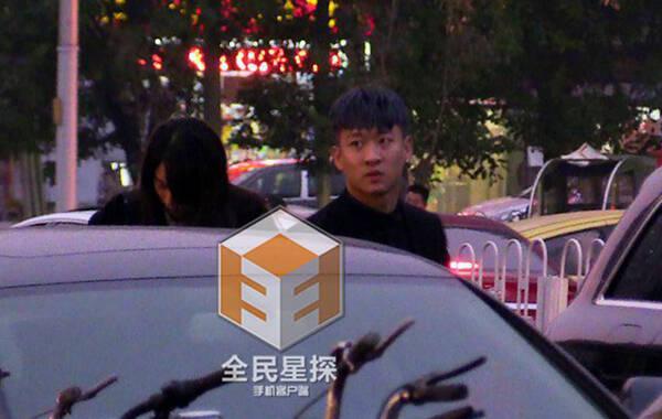 曹云金与人在街边大打出手 微博称双方已达成和解