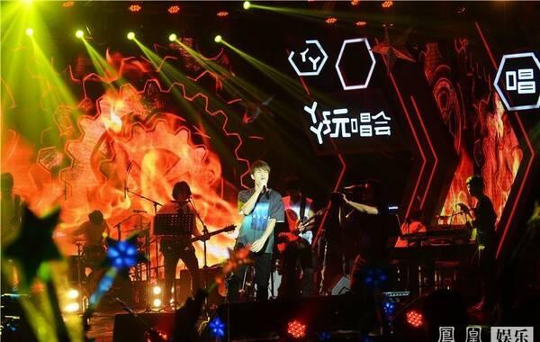 """8月21日吴克群YY玩唱会在北京举行,YY全程免费网络直播。约两百万线上观众化身现场导演,通过互动游戏控制舞台效果,更和吴克群一起玩起""""吉他侠""""网络游戏创造高分记录。吴克群今年携专辑《数星星的人》回归乐坛,玩唱会则以""""星星派对""""为主题,全场成为星星海洋。不但现场布置多处运用星星元素,每一位现场观众、甚至是工作人员着装都必须要有星星元素才可以入场。现场观众与线上观众在社交网络共同分享含有星星元素的照片,制造网络最热""""星话题""""。"""
