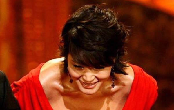 在红毯上,女星们总是费尽心思想要博得更多的眼球,于是,露胸、走光、掀裙、露大腿等等的招数都在红毯上出现了。女星红毯博眼球的招数是数不胜数,进而女星的礼服也就越来越省布料。