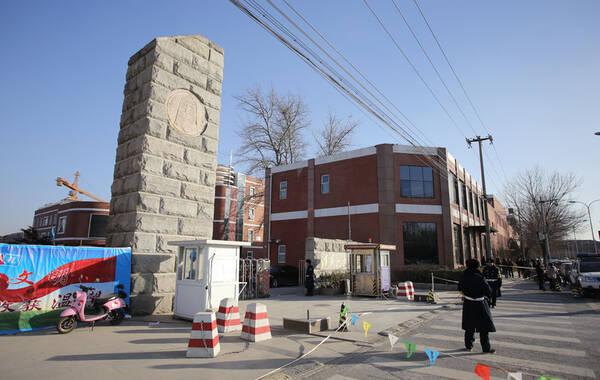 清华附中在建工地倒塌现场 家属试图进入校园被阻