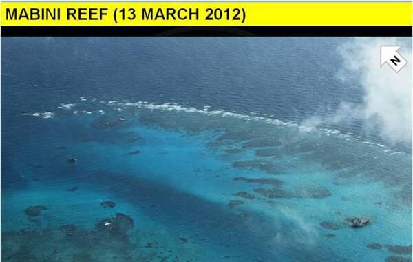中国在南海南沙群岛填埋暗礁扩大陆地范围的4张照片