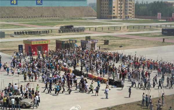 5月29日上午10时许,北京市反恐办,市公安局,武警北京总队反恐防暴综合实战演练正式开始。公安特警、反恐、消防和武警等单位的90余部车辆及2800余名反恐防恐专业处置力量联合参加了演练活动。
