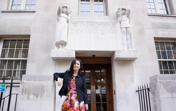 伦敦时间6月2日,中国演员秦海璐到访英国皇家戏剧学院(RADA)。由英国驻华使馆、英国旅游局主办,凤凰网娱乐全程参与的中英电影合拍项目GREAT英国电影之旅(Film is Great)正式开始第一天的行程,演员秦海璐作为唯一一位受邀的中国内地女星,将在未来一周时间深入了解英国的电影、电视以及戏剧产业。