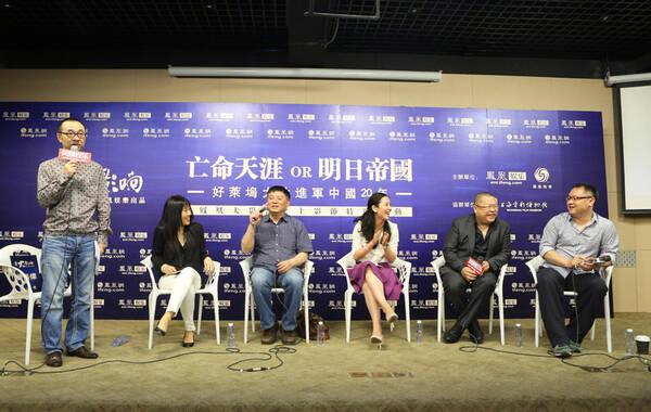 """2014年6月16日上午,由凤凰网娱乐主办的《凤凰大影响》之上海电影节特别活动""""亡命天涯or明日帝国——好莱坞大片进军中国20年""""于上海市电影博物馆举办。著名主持人刘仪伟、劳雷影业总裁方励(《苹果》《观音山》制片人)、著名导演高群书(《风声》《神探亨特张》)、著名导演滕华涛(《失恋33天》《等风来》)、索尼影业大中华区经理周理贤、小马奔腾文化传媒有限公司副董事长钟丽芳以及凤凰网总编辑刘书出席本次活动,共同探讨好莱坞大片进军中国20年期间所取得的显赫战绩、经验教训以及未来愿景。"""