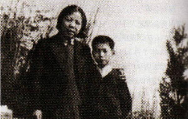 """李鹏在回忆录里写到:""""周总理、邓妈妈与我的关系,就是老同志与烈士后代的关系。有人传说我是周总理的养子,这是不正确的,因为周总理、邓妈妈关心的烈士子女,不止我一个,他们同样关心爱护其他战友的子女。我们都称他们周伯伯、邓妈妈。""""图为邓颖超与少年时的李鹏"""