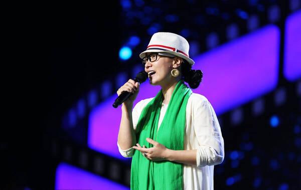 近日,谭晶素颜现身上海某舞台参加彩排活动。期间,她戴着草帽披着绿长丝巾出镜,在现场她获女助理贴心引路在舞台上找踏点,值得一提的是,谭晶当天手上戴着的钻戒十分抢镜。图为谭晶素颜参加彩排活动,钻戒抢镜。