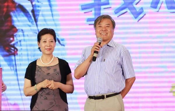 2014年07月21日,北京,电影《我想结婚的时候你在哪》发布会,关牧村与再婚丈夫江泓同台助阵。据报道,作为关牧村的坚强后盾,丈夫江泓很少出现在娱乐节目中。曾任湖北省省长助理的江泓是在一次工作中因公来到关牧村家中探望,从观察和谈话中,江泓发现喜欢关牧村的人太多了,但真正关心她的人太少了,所以江泓的心里从此就多了一份牵挂。渐渐地,关牧村也觉得有了江泓的关心,自己的生活也充实起来了,于是在相识了5年之后两人自然而然地走到了一起。如今,关牧村和江泓的共同爱好越来越多:旅游、散步、会友、侍弄花草,两人携手共度美好的晚年生活。