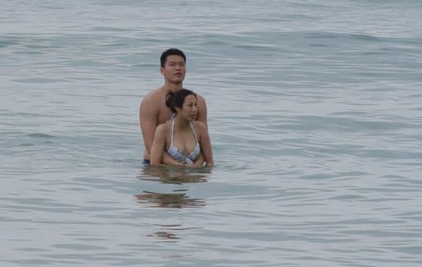 近日,胡美证实与朱芳雨离婚,2012年网友曾拍到朱芳雨和神秘女子三亚赤身戏水的照片,当时中国男篮正在海南三亚集训备战伦敦奥运会。
