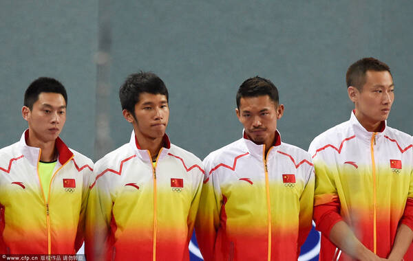 2014年9月23日,韩国仁川,2014仁川亚运会羽毛球男团决赛,中国2-3不敌韩国,无缘三连冠。比赛从下午5点半左右开始,一直打到晚上10点半多,持续了五六个小时。图为颁奖典礼上的中国羽毛球队员。