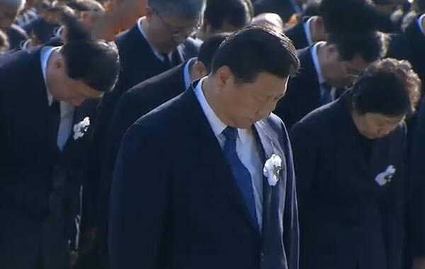 据新华社报道,中共中央总书记、国家主席、中央军委主席习近平步入纪念馆集会广场。