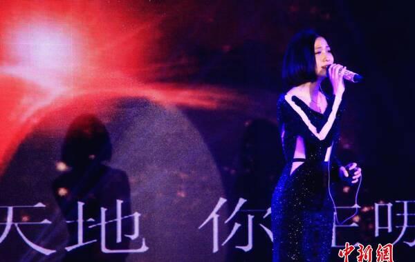 """据深圳晚报微博2015年1月16日报道,当日下午,著名歌手姚贝娜因乳腺癌复发在北京大学深圳医院去世,年仅34岁。图为2014年3月27日,镇江市金山焦山北固山国家风景名胜区旅游推介会在北京昆仑饭店举行。发布会现场,华语乐坛歌手姚贝娜正式签约为""""三山""""景区形象代言人。中新社发 李霈韵 摄"""
