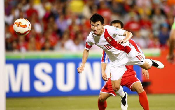 北京时间1月18日17点,2015年亚洲杯小组赛B组展开小组赛末轮的争夺,中国队2-1击败朝鲜队。开场仅44秒,孙可抓住对手的失误取得梦幻开局,第42分钟,姜至鹏助攻孙可得分,后者梅开二度,亚洲杯已经攻入3球。下半时,国足陷入被动,第56分钟,朝鲜队的进攻造成郜林的乌龙球。但国足最终守住胜果,四分之一决赛,国足将面对东道主澳大利亚。