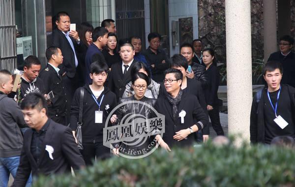 2015年1月20日上午9:30,姚贝娜追悼会在深圳殡仪馆举行。从早上7点开始,深圳殡仪馆门口就聚集了大批歌迷,前来送姚贝娜最后一程,随后不少明星好友也来送她最后一程。图为那英在华谊兄弟董事长王中军的陪同下到达追悼会现场。