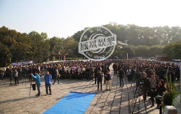 2015年1月20日上午9:30,姚贝娜追悼会在深圳殡仪馆举行。从早上7点开始,深圳殡仪馆门口就聚集了大批歌迷,前来送姚贝娜最后一程。