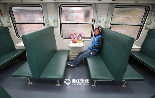 """2月4日,春运首日上午,坐在杭州--贵阳3599/3600临客列车上的贵阳人张成勇无聊地不停打哈欠。从昨天下午湖南怀化起,到今天上午的江西上饶区间,他成了19节客运车厢里唯一的乘客。张成勇说,他在浙江永康打工,家里有事才在年前请假回家,这次是回永康接老婆孩子回湖南丈母娘家过年,得知意外成为19节车厢里唯一的旅客,张成勇连呼幸运又感叹""""一个人都没有,太冷了""""。一位工作了35年的列车员也说这是他第一次碰到整列火车只有一个旅客的情况。来源:浙江在线"""