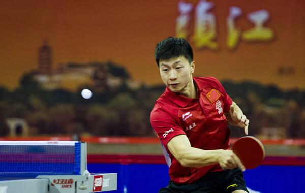 """北京时间2月6日,2015国乒""""直通苏州""""队内选拔赛在江苏镇江打响男队第二轮淘汰赛的决赛。马龙最终以3-1(11-5、13-15、11-5、16-14)击败张继科,夺得了冠军。第一轮淘汰赛,马龙与第一张直通门票擦肩而过,目送樊振东直通。这一次他抓住了机会,拿到了男乒第2个世乒赛参赛名额。"""