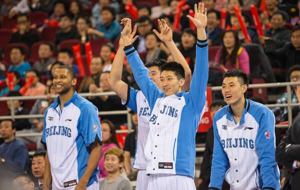 凤凰体育讯(记者张宾) 第三节尾声,北京队领先吉林30多分。回到替补席后,马布里膝盖上缠上厚厚的冰袋,剩下的时间他将不会再出场,比赛进入垃圾时间。北京时间2月10日,北京队主场137-95大胜吉林,以3-0的总比分晋级半决赛。马布里打了26分钟,仅贡献4分10次助攻。 赛后更衣室,马布里并不是焦点,大批媒体记者将李根、孙悦等人团团围住。这场比赛,北京队的国内球员风头更劲。 马布里并没有被冷落,美国NBC的两名记者专程为他而来。比赛中,NBC的摄像机就一直瞄准了马布里,以及万事达中心为马布里加油助威的球迷。