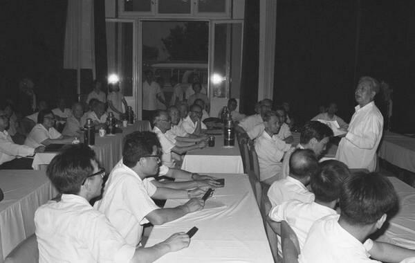 邓力群同志1983年6月28日于北京在对外宣传干部学习班上讲话。新华社记者李平摄