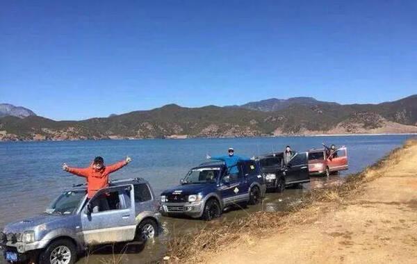 """近日,游客开车到云南泸沽湖""""洗车冲浪""""的照片发到微博后,引发网友谴责。根据照片显示,4辆越野车在湖泊的浅滩水里行驶掀起水花,有的人还摆出造型拍照,车辆周围的湖水浑浊。"""