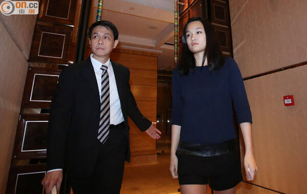 4月30日傍晚7时许,此前被绑架获救的香港富家女罗君儿召开记者会,发表一段简短声明,向大家报平安。图为被绑架获救的香港富家女罗君儿。
