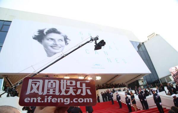 法国戛纳当地时间5月13日,68届戛纳电影节开幕式红毯。中国明星集体亮相:Angelababy花苞裙美艳靓丽,范冰冰印花白袍霸气,赵涛绿裙优雅。图为开幕红毯。