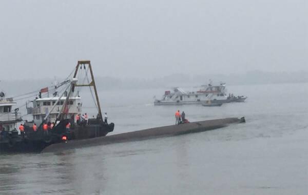 据新华社报道,2015年6月1日约21时28分,一艘从南京驶往重庆的客船在长江中游湖北监利水域沉没。据长江航务管理局最新情况,出事船舶载客458人,其中内宾406人、旅行社随行工作人员5人、船员47人。目前已救起11人,沿江地方政府搜寻到的人员正在核实中。图为翻船现场。