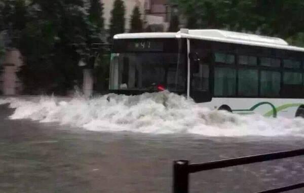 据@上海发布,2015年6月16~17日,上海市中部和北部出现暴雨,局部大暴雨,凌晨暴雨预警还升级成橙色。气象部门预计,今天仍有暴雨。@警民直通车-上海 提醒:道路积水严重,建议不开车;如驾车途中遇积水熄火,迅速离开车辆,避免被困。转发提醒!