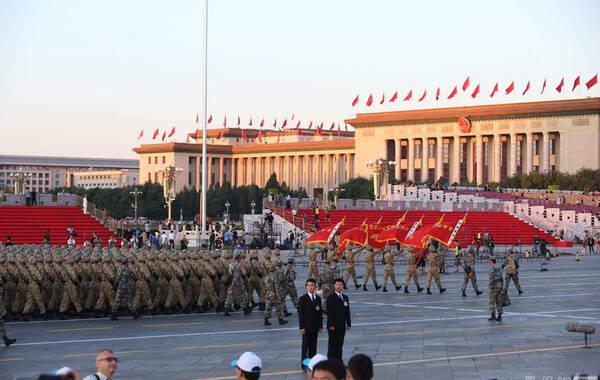 """2015年9月3日上午,""""9·3""""纪念抗战胜利70周年阅兵正式拉开序幕。早上5时许,记者在天安门广场看到徒步方队正在进行""""热身""""训练。 摄影/冯中豪"""