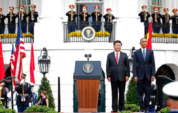 当地时间9月25日,美国总统奥巴马和夫人米歇尔在白宫南草坪为到访的中国国家主席习近平及夫人彭丽媛举行欢迎仪式。白宫将以21响礼炮规格接待习近平。图为习近平和奥巴马在欢迎仪式上。