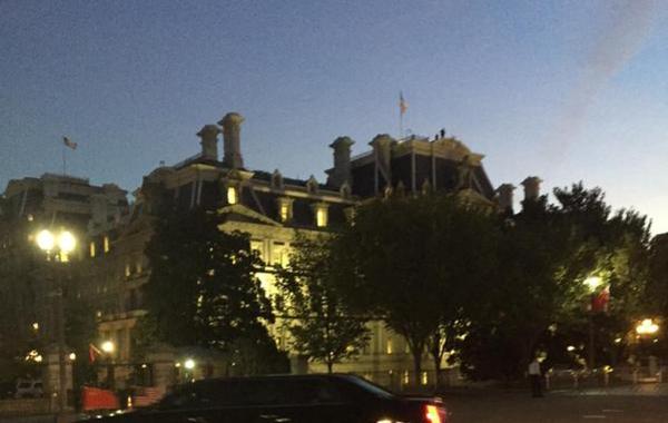 当地时间2015年9月24日,美国,习近平和彭丽媛乘专机离开西雅图前往首都华盛顿。当晚美国总统奥巴马在白宫附近的布莱尔宫,为习近平举办私人晚宴。图为习近平车队抵达白宫附近。