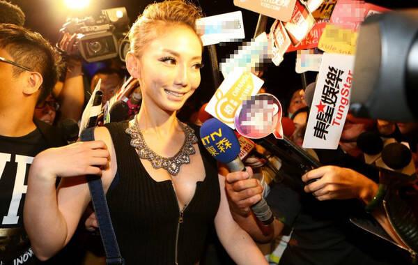 11月5日,艺人李宓拍摄新歌MV,找来日前卷入跨国卖淫案的刘乔安客串演出。尽管李宓当天打扮性感,但刘乔安一到现场,媒体马上蜂拥而上,她也挤胸以性感造型现身,大抢李宓风头。