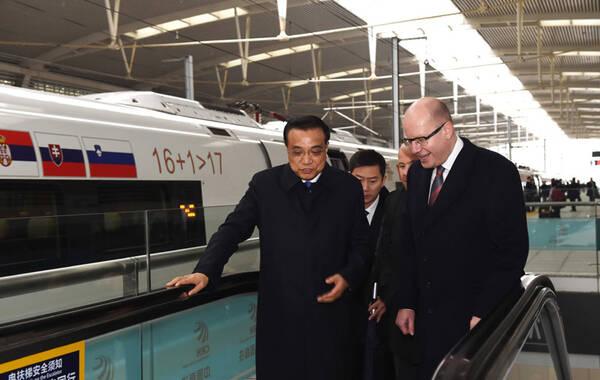 """据中国政府网报道,这应该是李克强为中国高铁做的性价比最高的一次""""代言""""了:一趟高铁,中国总理邀请中东欧16国领导人一起乘坐。"""