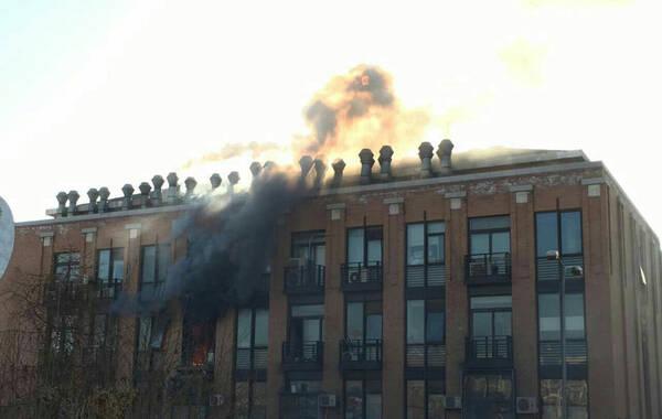 """据网友爆料,12月18日上午,清华大学化学系何添楼发生火灾爆炸事故,造成一名实验人员死亡。""""爆炸当时震得地面一颤。""""距离事发地点100米外是清华附中,一位学生家长当时正从室外走入附中教学楼,""""我还在琢磨什么声会这么大波动。""""他说,进楼后隔窗看到清华化学实验楼已腾起明火窜出窗外,并冒出滚滚浓烟,随后赶紧拨打了119。"""