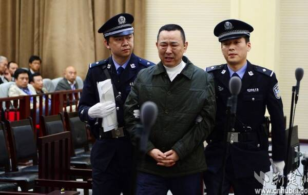 4月16日,在刘汉等10人案的庭审中,法庭就被告人刘汉、刘小平和被告单位四川汉龙(集团)有限公司涉嫌骗取贷款、票据承兑、金融票证的事实进行法庭调查。应被告人及其辩护人申请,经法庭许可,另案犯罪嫌疑人杨某、另案被告人刘维先后到庭接受调查。